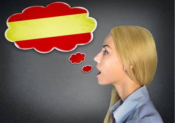 Jeune femme avec une bulle aux couleurs de l'Espagnol
